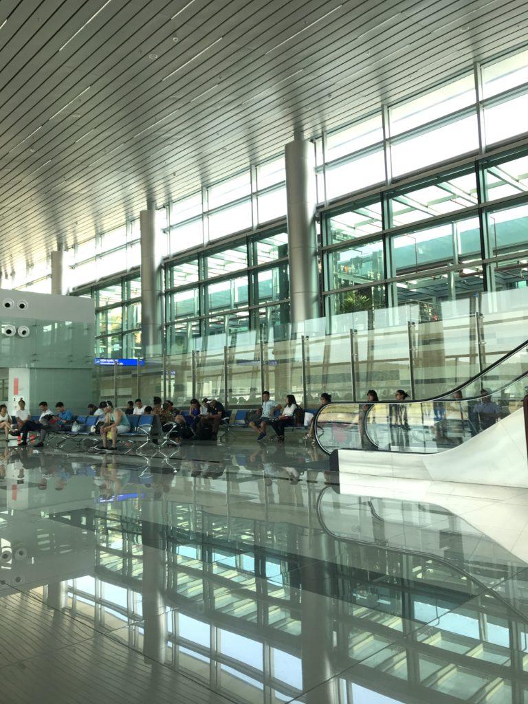 空港は明るくて清潔