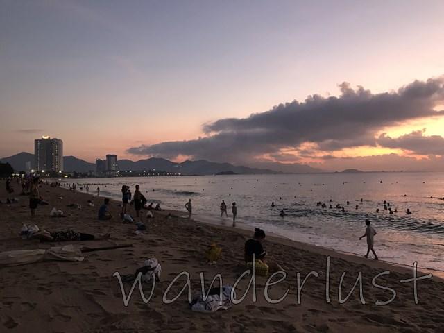 夜明けのビーチに人がいっぱい