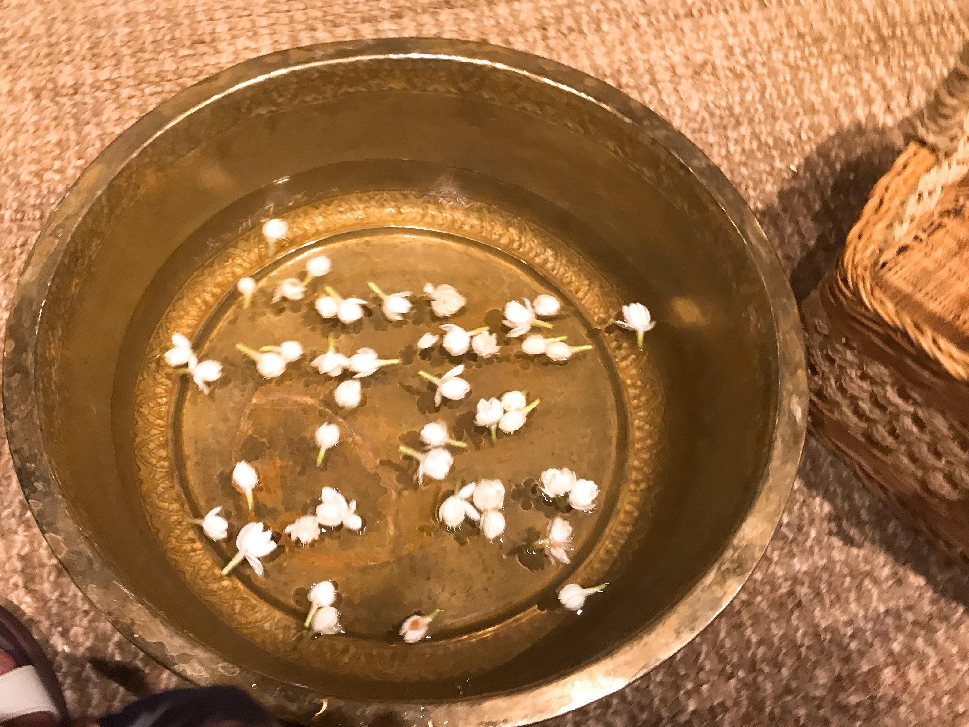 足湯にジャスミン生花